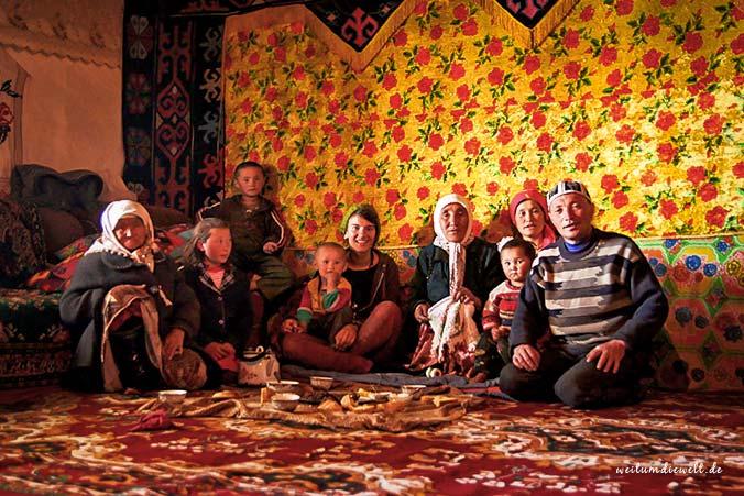 Gwen mit Familie im Pamir